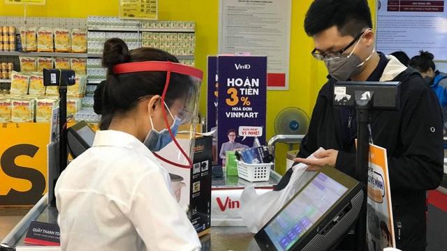 Nhân viên siêu thị, cửa hàng đội mũ nhựa, mặc áo bảo hộ để ngăn ngừa dịch COVID-19