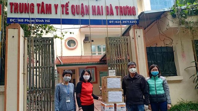 Báo Kinh tế & Đô thị tặng quà ủng hộ Trung tâm Y tế quận Hai Bà Trưng phòng, chống dịch Covid-19