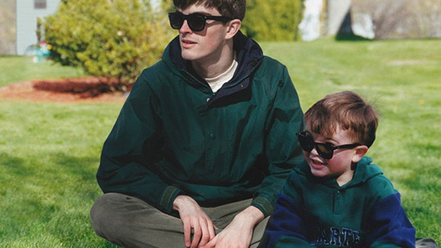 Với tài Photoshop điệu nghệ, chàng trai có thể quay ngược thời gian để gặp chính mình hồi bé