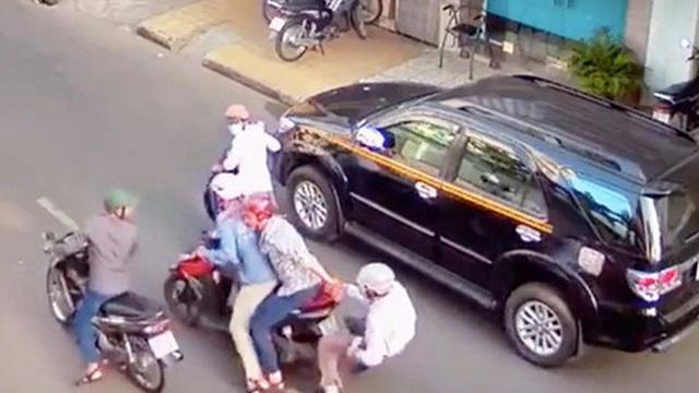 Chủ tiệm thuốc Tây ở TP HCM bị dàn cảnh đụng xe cướp 20 triệu đồng