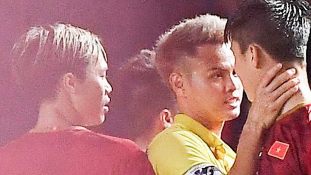 """Fan bình luận """"Việt Nam chiến thắng"""", hậu vệ tuyển Thái Lan cùng CĐV nhà phản dame cực gắt, Văn Hậu cũng bị vạ lây"""