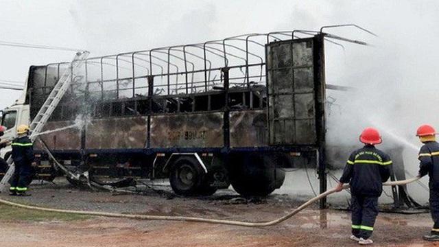 Xe tải bốc cháy thiêu rụi hàng chục xe máy mới