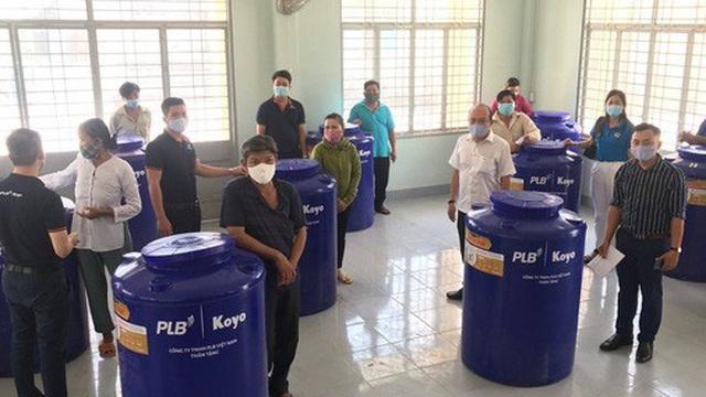 Tặng 50 bồn chứa nước cho người nghèo ở Bến Tre, Tiền Giang