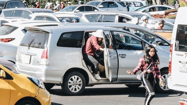 """Ngày thứ 3 dịp nghỉ lễ ở Đà Lạt: Vừa ra đường đi chơi, du khách đã """"nếm mùi"""" kẹt xe nguyên cả buổi sáng"""