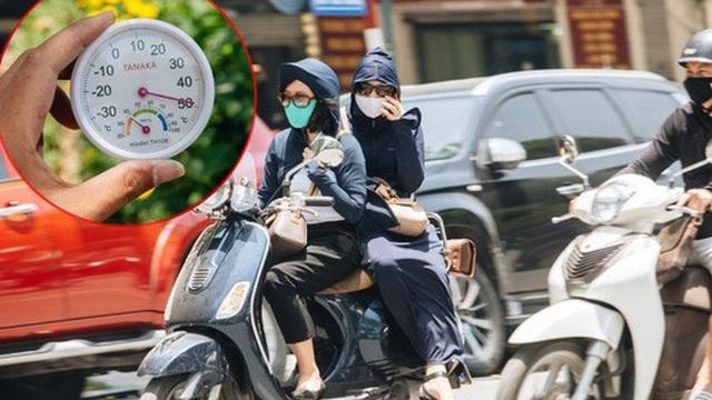 Ảnh: Nhiệt độ ngoài đường tại Hà Nội lên tới 50 độ C, người dân trùm khăn áo kín mít di chuyển trên phố