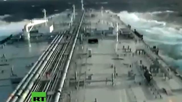 Video tàu Iran vượt biển mang trăm nghìn thùng dầu đầu tiên tới Venezuela