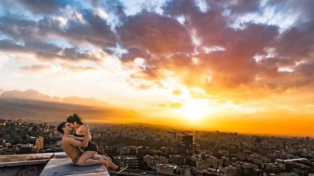 Đăng bức ảnh hôn nhau lãng mạn trước hoàng hôn rực rỡ, đôi trẻ tưởng được khen nào ngờ bị cảnh sát bắt giữ vì chi tiết không ngờ