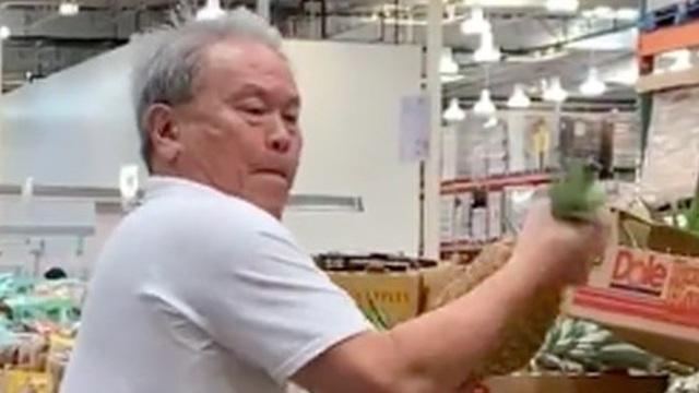 Vào siêu thị mua trái dứa, người đàn ông đã có hành động đặc biệt trước khi mang đồ ra thanh toán khiến ai nấy đều tò mò