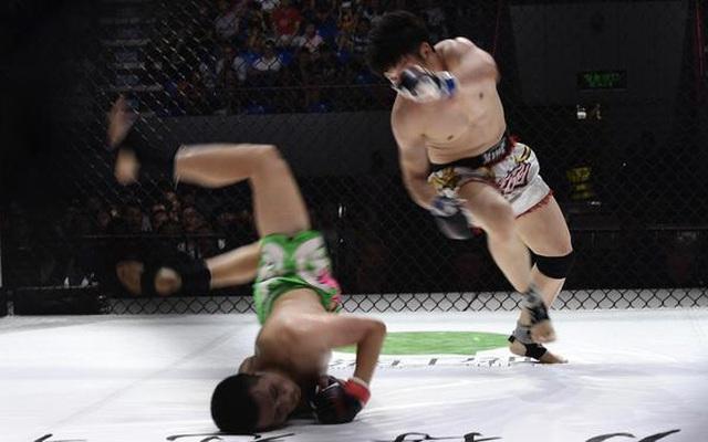 """Sau màn """"mời"""" đối thủ tấn công, môn đồ Vịnh Xuân tung đòn siết cổ hạ võ sĩ Muay Thái"""