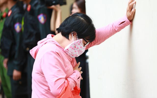 Người thân nữ chủ mưu vụ giết người đổ bê tông khóc nghẹn, chạy với theo xe tù sau khi con gái nhận án tử