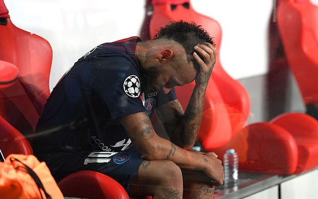 """Neymar """"thốn tận rốn"""" khi bị Bayern Munich """"chơi xỏ"""" liên quan đến bạn gái xinh đẹp"""