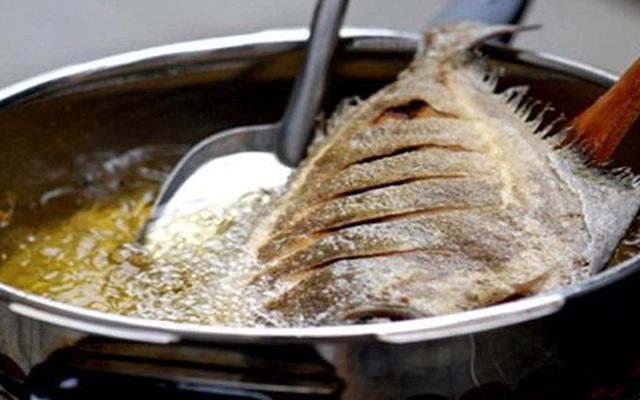 Thêm 1 bước này, đảm bảo cá rán vàng giòn, không nát, không dính chảo