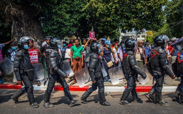 Biểu tình ở Myanmar: Lính bắn tỉa mang súng vào vị trí, người dân cầm bùa chú hộ thân xuống đường