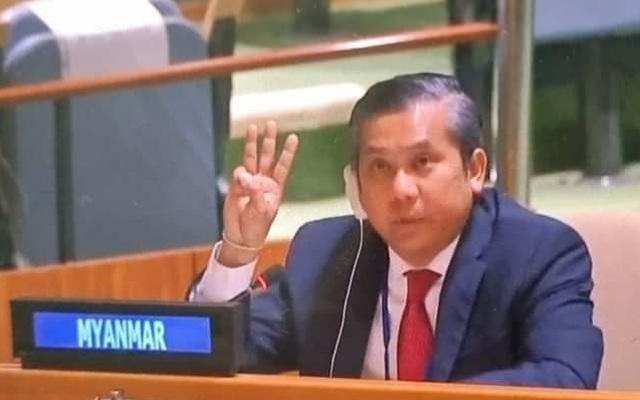 Đại sứ Myanmar giơ biểu tượng phản đối đảo chính trong phiên họp LHQ