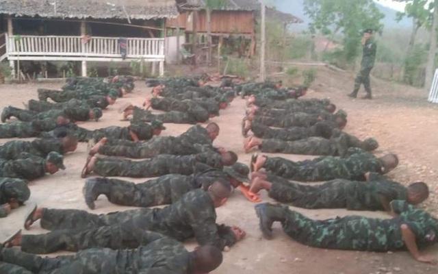 """Sợ lựu đạn và súng cối của quân đội: Dân biểu tình Myanmar """"đổ xô"""" học bắn súng, có thể học cả chế tạo bom"""
