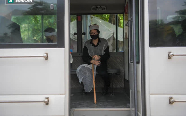 Đám tang Hoa hậu Việt Nam 1994 - Thu Thủy: Con trai ngồi chết lặng trên xe đưa tiễn mẹ về cõi vĩnh hằng