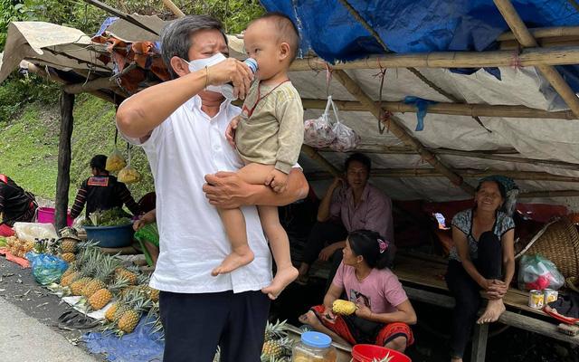 Ông Đoàn Ngọc Hải quay xe 10km để mua hàng trăm quả dứa vì 1 câu nói của người phụ nữ nghèo