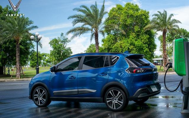 VinFast VF e34 màu xanh lam 'bằng xương bằng thịt' đã xuất hiện: Nuôi xe điện có tiết kiệm hơn so với xe xăng không? Đây là 3 yếu tố quyết định!