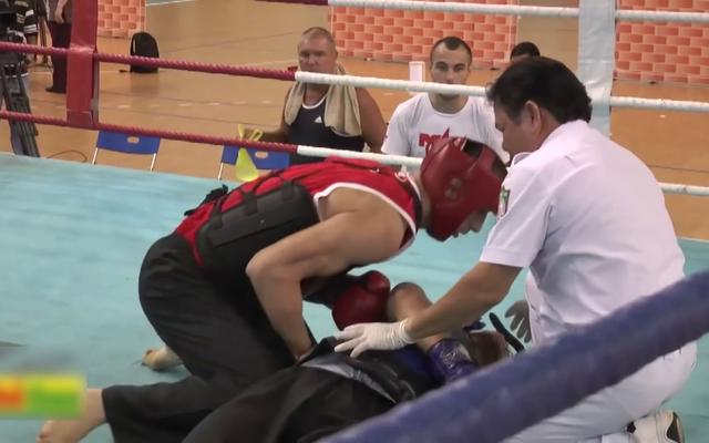 Sơ cứu đối thủ trên sàn đấu, võ sĩ Nga nhận nhiều lời khen từ giới võ thuật Việt Nam