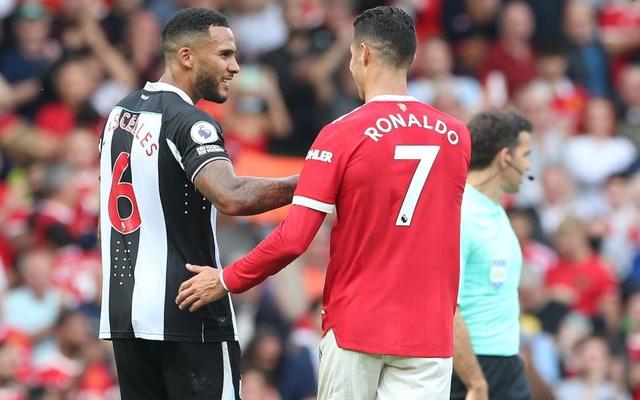 Đội trưởng Newcastle bị fan mắng vì xin đổi áo với Ronaldo