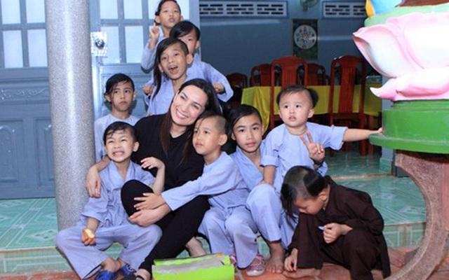 Xúc động lời hứa của Phi Nhung với mẹ ruột và lý do nhận nhiều con nuôi
