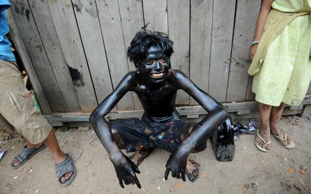 Ảnh TG 24/7: Nhuộm đen người bằng dầu thải từ ô tô