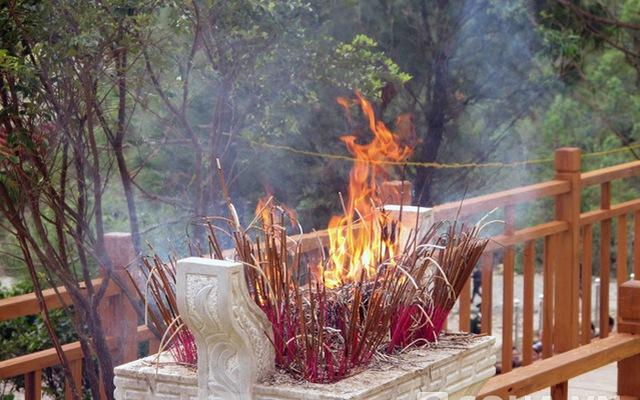 Lư hương rực cháy trong lễ 49 ngày Đại tướng tại Vũng Chùa