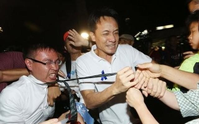Phóng viên bị đấm, đá, siết cổ ở Hồng Kông