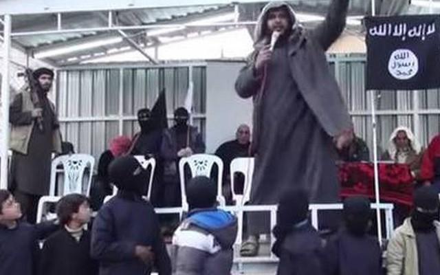 La liệt AK47 trong trường dạy trẻ em của IS
