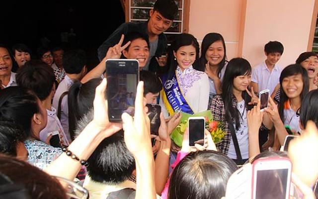 Á hậu Diễm Trang về thăm quê