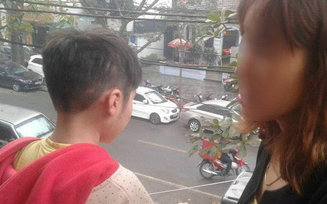 Sáng nay, bé trai bị bố đẻ và mẹ kế bạo hành dã man đã đi học trở lại