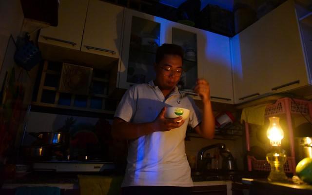 Sau hỏa hoạn 13 nạn nhân tử vong, người dân sống trong chung cư Carina cùng bóng đèn dầu