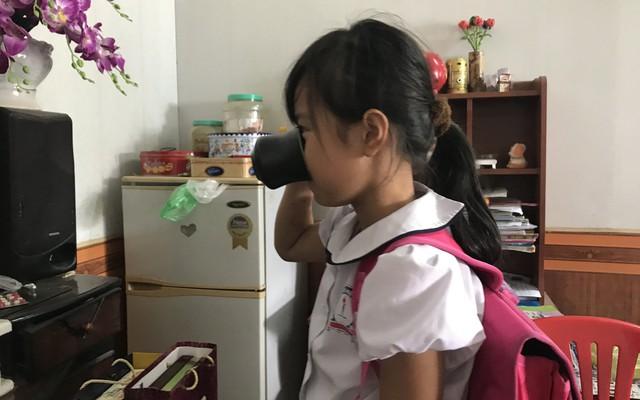 """Mẹ nữ giáo viên giật kết quả khám sức khỏe của HS bị bắt uống nước giẻ lau vì """"nóng vội"""""""