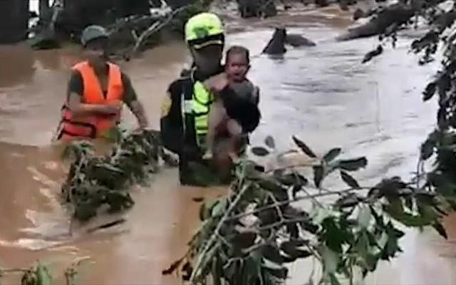 Video: Khoảnh khắc người hùng giải cứu đội bóng Thái Lan cứu sống bé trai Lào khỏi vùng rốn lũ