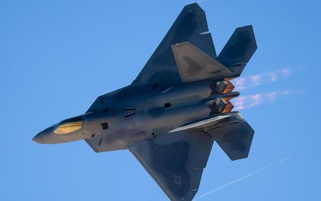 """Su-35 bắt sống F-22 ở Syria: Trò bịp bợm hay """"cú tát nảy lửa"""" vào Không quân Mỹ?"""