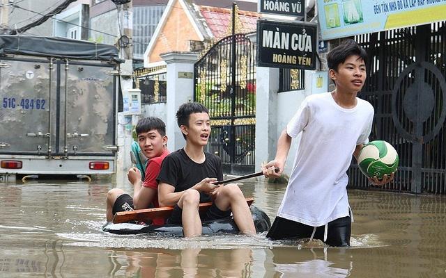 Dân TP. HCM đi chợ bằng xuồng sau bão số 9