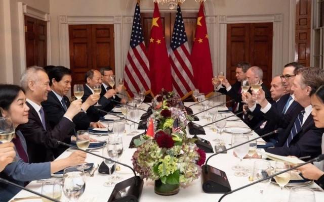 """Thương chiến: Muốn biết Mỹ hay TQ đang """"trên cơ"""", chỉ cần xem ai đang tươi cười, ai đang nhăn nhó trong tấm ảnh này?"""