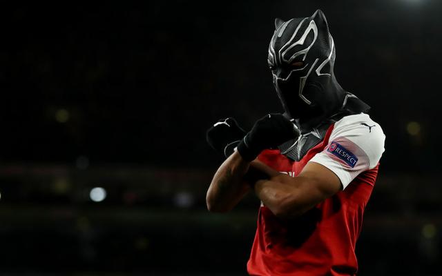 """Hóa siêu anh hùng, chân sút """"siêu duyên"""" đưa Arsenal ngược dòng kì vĩ chẳng kém Man United"""