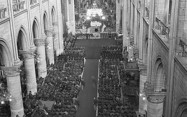 Bức ảnh hiếm: Vòm Nhà thờ Đức Bà lồng lộng khi Tổng thống lừng danh Mỹ qua đời