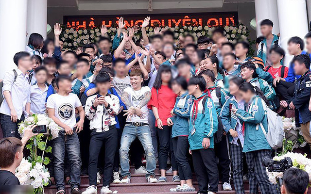 """Khá Bảnh chụp ảnh với nhiều học sinh ở Yên Bái: Phó Giám đốc Sở GD-ĐT nói Khá """"lên dự đám cưới"""""""
