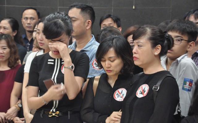 Hàng nghìn người oà khóc trong đám tang đông chưa từng có tiễn đưa cô giáo bị xe Mercedes đâm tử vong ở hầm Kim Liên