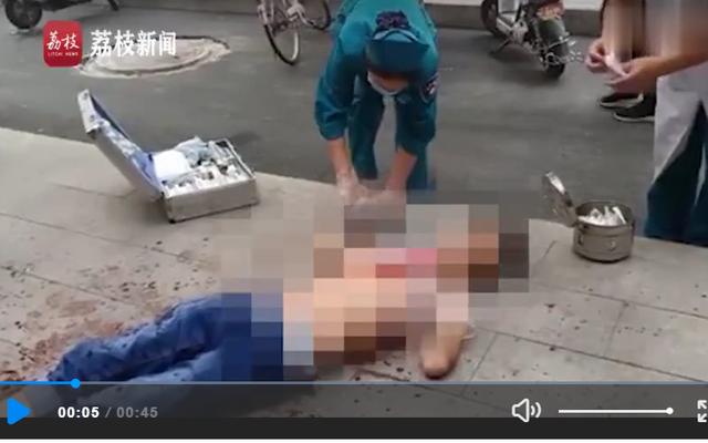 Nghi án bị chê béo không cho ăn kem, thiếu nữ cầm kéo đâm chết bạn trai giữa phố