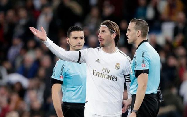 Góc lươn lẹo: Trợ lý HLV tung chiêu bẩn để cầm hòa Real Madrid nhưng 'lưới trời lồng lộng', cuối cùng phải nhận hình phạt cực nghiêm khắc từ trọng tài