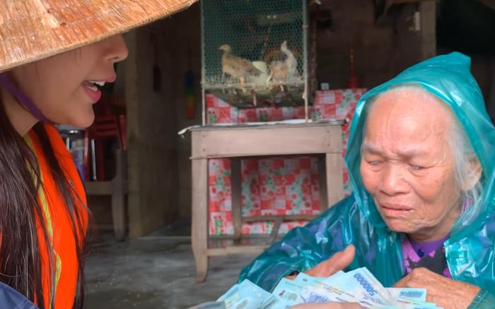 Cụ bà rét run, không ai nuôi bật khóc khi được Thủy Tiên cho 10 triệu đi chợ