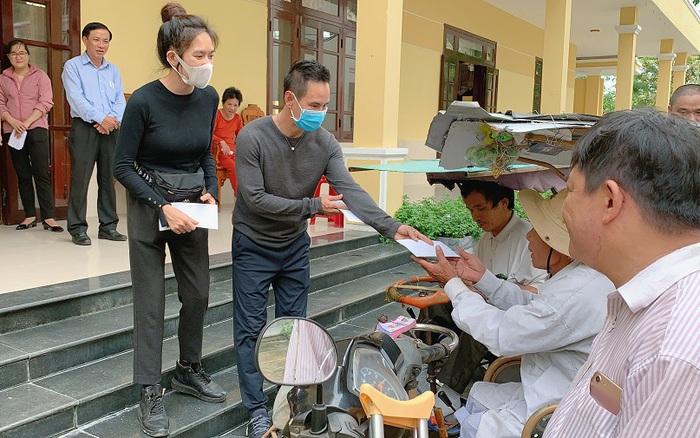 """Bị nói """"làm màu lấy lòng thương"""" khi đi từ thiện, Lý Hải Minh Hà lên tiếng"""
