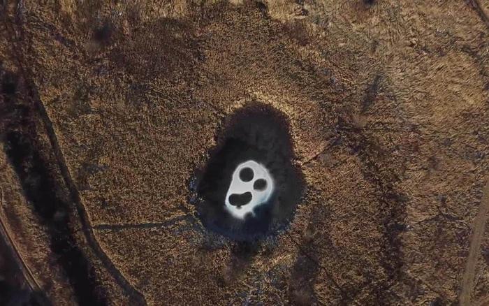 Sự thật đằng sau gương mặt kỳ lạ xuất hiện trên hồ nước ở Nga