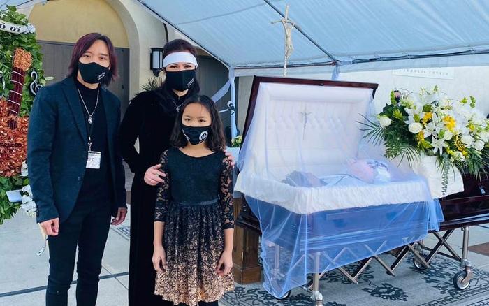 Việt Hương không ngừng khóc khi thấy chồng, con đứng cạnh linh cữu cố nghệ sĩ Chí Tài