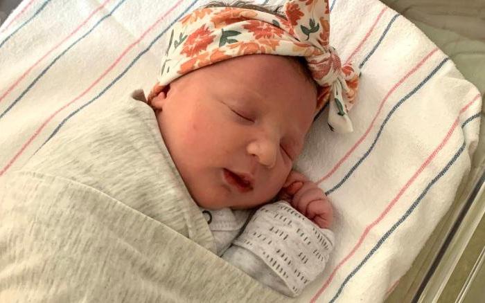 Em bé chào đời từ phôi thai đông lạnh 27 năm, phá kỷ lục thế giới