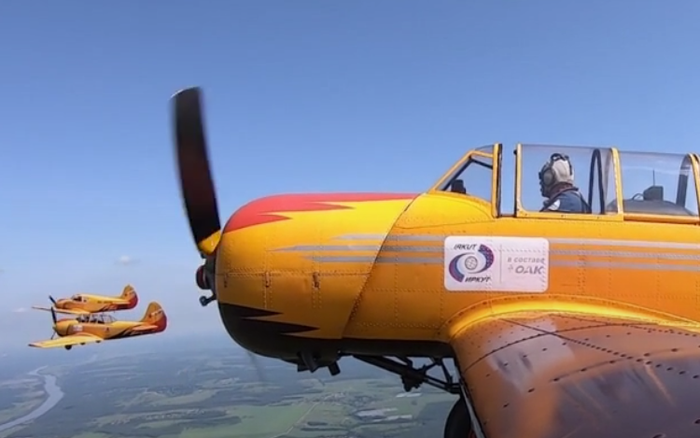 Xem phi đội máy bay cánh quạt Nga viết chữ lên trời mừng Quốc khánh