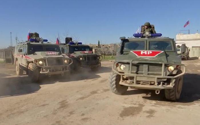 Xe quân sự Mỹ hung hăng truy đuổi 8 xe quân cảnh Nga ở Syria